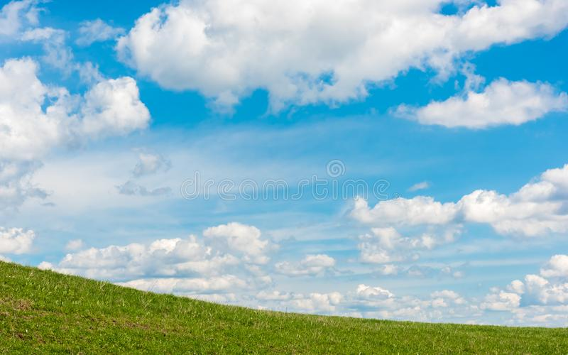 Nuvens flocosas em um dia de mola imagem de stock