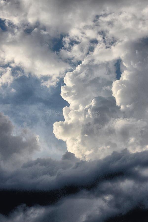 Nuvens fortes, dramáticas imagens de stock