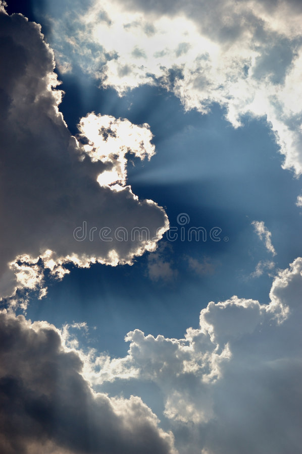 Nuvens illuminating de Sun no céu imagens de stock royalty free