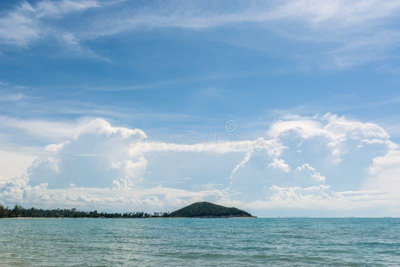 Nuvens incomuns sobre o mar imagem de stock