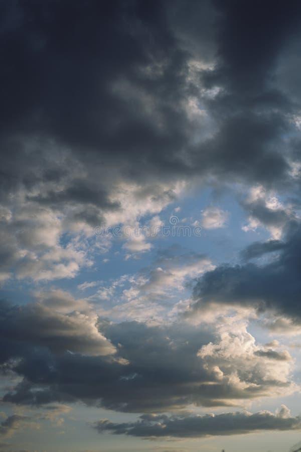 Nuvens incríveis em um céu tempestuoso fotografia de stock