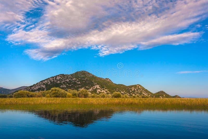 Nuvens Incredibly bonitas sobre o lago Skadar montenegro fotografia de stock