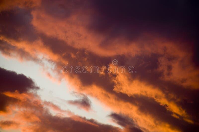 Nuvens intensas do por do sol imagem de stock royalty free