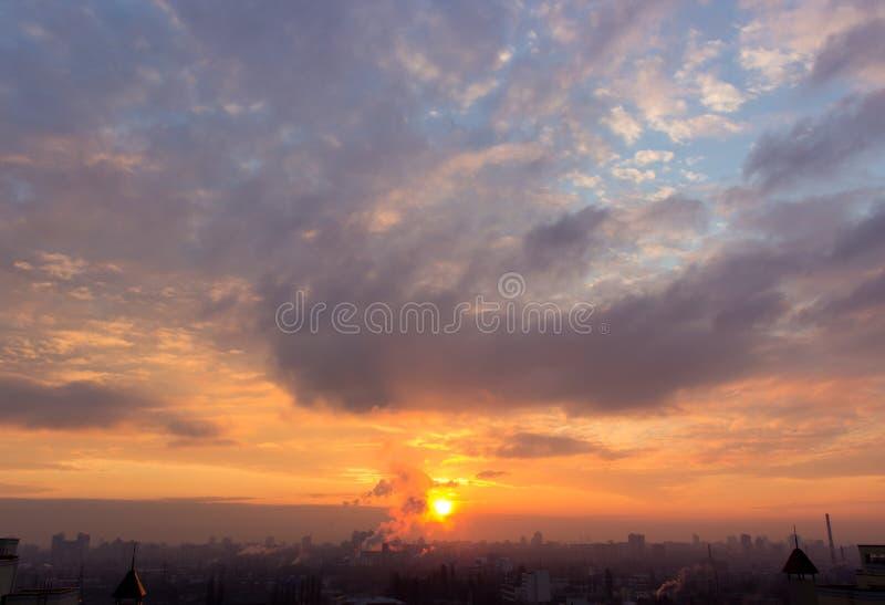 Nuvens maciças da noite fotografia de stock