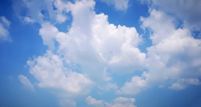 Nuvens macias brancas bonitas da vista ascendente no céu azul vívido em um dia suny imagens de stock