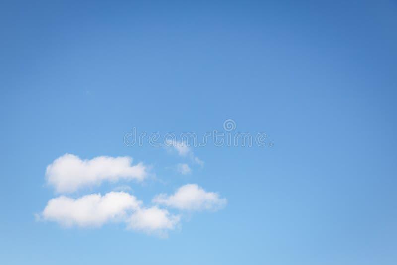 Nuvens macias brancas bonitas em um fundo claro do céu azul Copie o espa?o fotos de stock