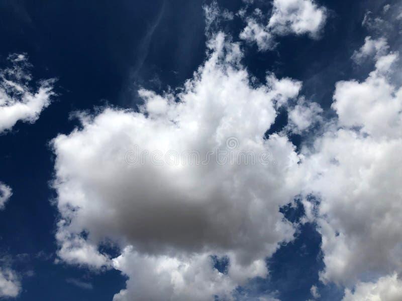 Nuvens macias brancas dram?ticas foto de stock