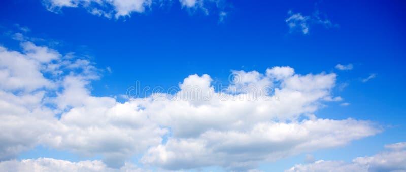 Nuvens macias brancas grandes no c?u azul foto de stock royalty free