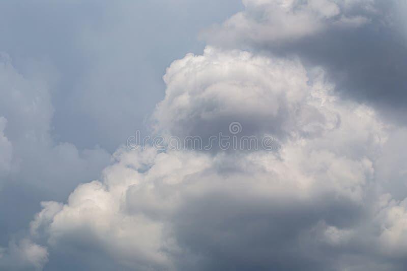 Nuvens macias brancas no fundo do c?u azul imagens de stock