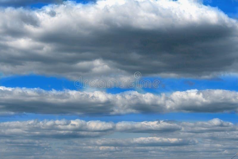 Nuvens macias escuras no fundo do céu azul fotografia de stock