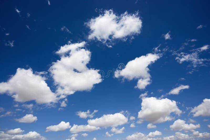 Nuvens macias no céu. imagens de stock