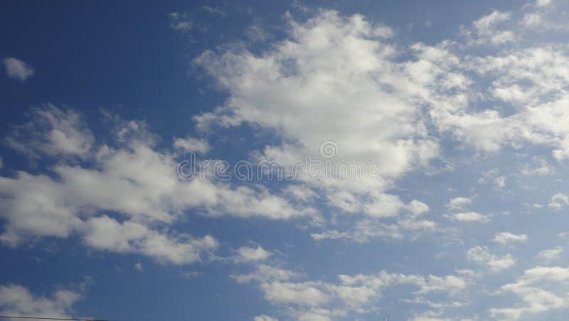 Nuvens macias no céu azul, fim acima fotos de stock royalty free