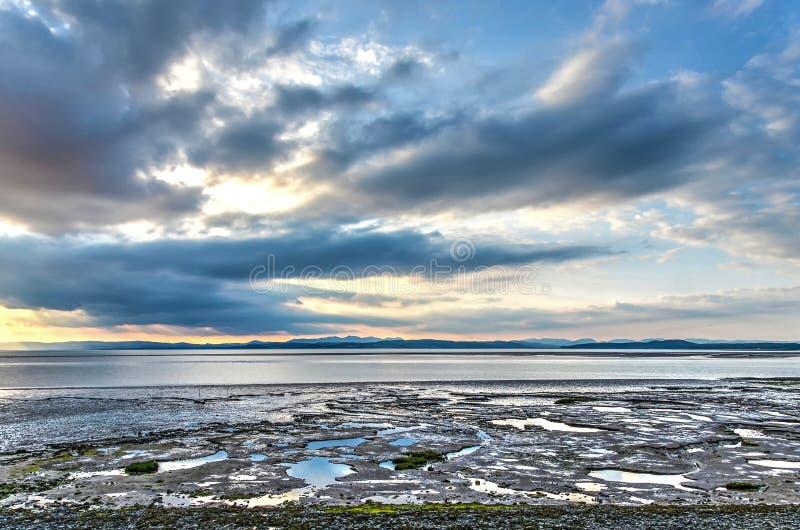 Nuvens, montanhas e mudflats foto de stock royalty free