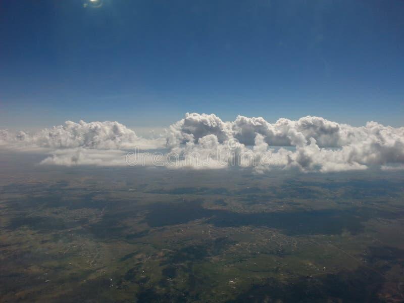 Nuvens na elevação fotos de stock royalty free