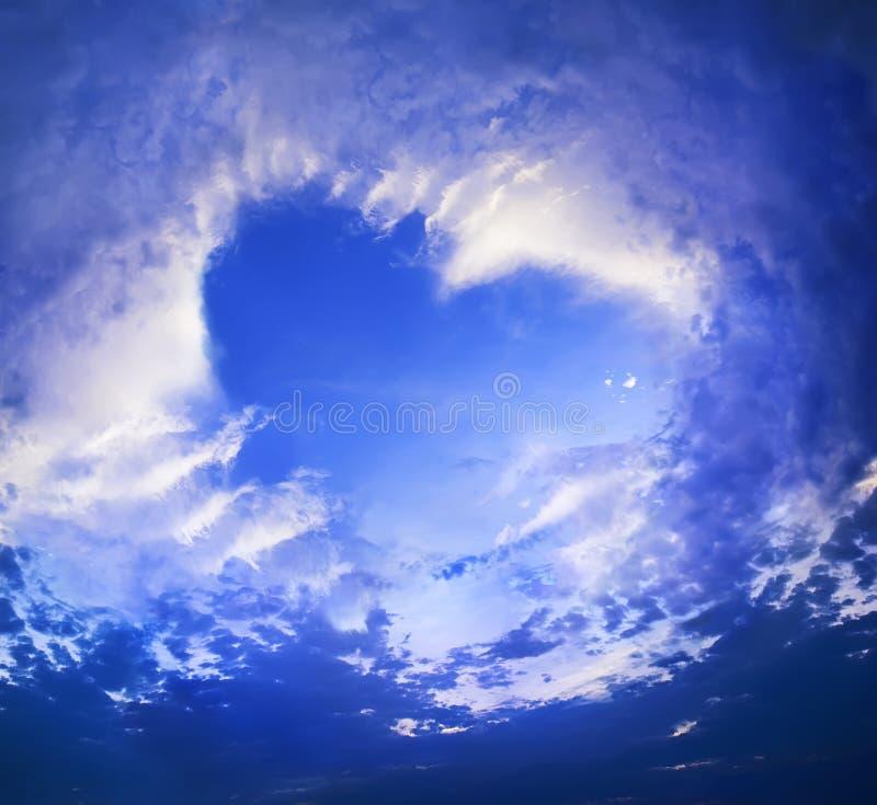 Nuvens na fôrma do coração no céu azul fotografia de stock royalty free