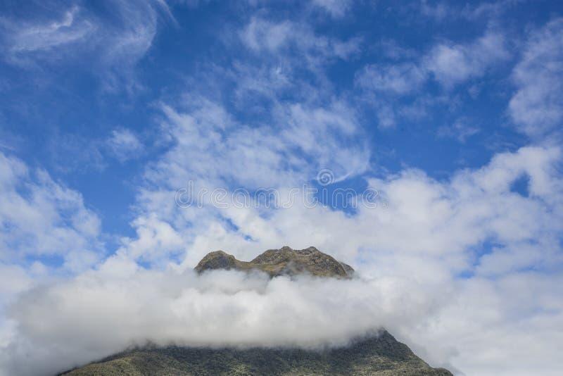 Nuvens na parte superior da montanha de Milford Sound, Nova Zelândia imagem de stock royalty free