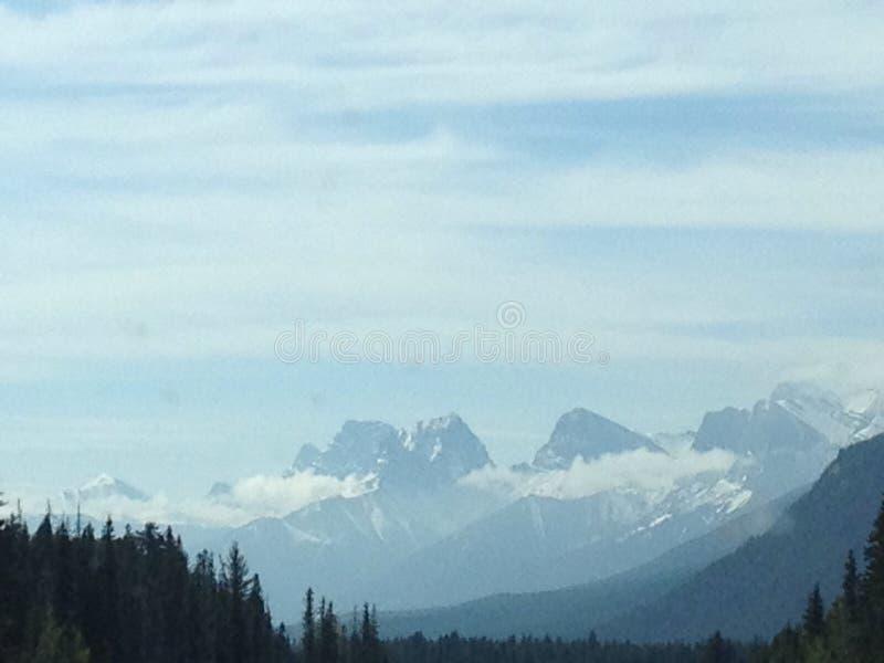 Nuvens nas montanhas fotos de stock royalty free