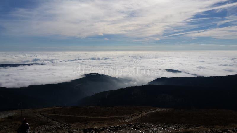 Nuvens nas montanhas imagens de stock royalty free