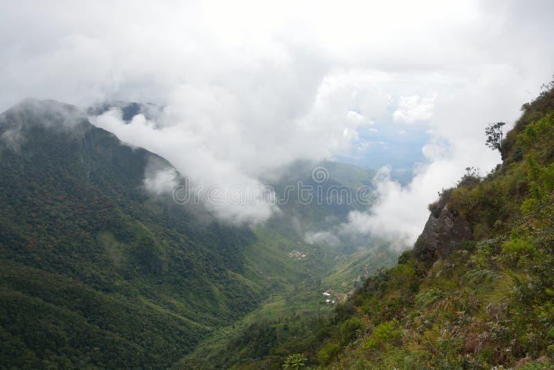 Nuvens nas montanhas imagem de stock