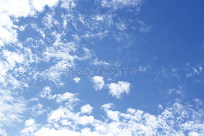 Nuvens naturais calmas borradas do céu imagem de stock royalty free