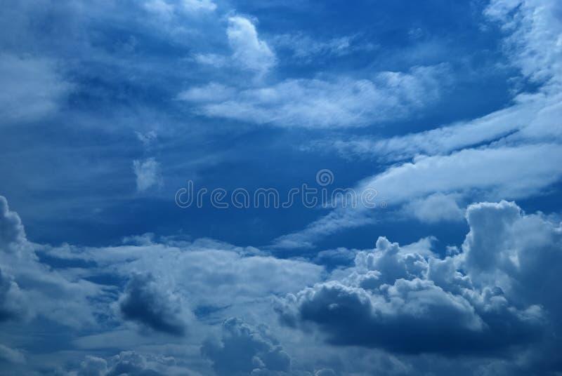 Nuvens no céu ilustração royalty free