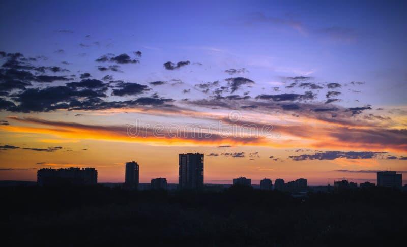 Nuvens no céu do por do sol o contexto da cidade imagem de stock royalty free