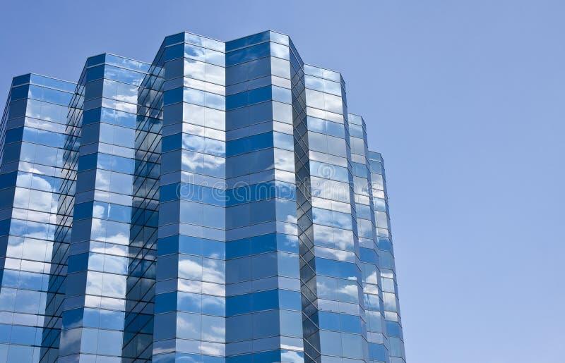 Nuvens no edifício azul e branco imagens de stock royalty free