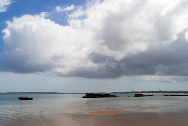 Nuvens no horizonte sobre o Oceano Índico em Moçambique África imagens de stock