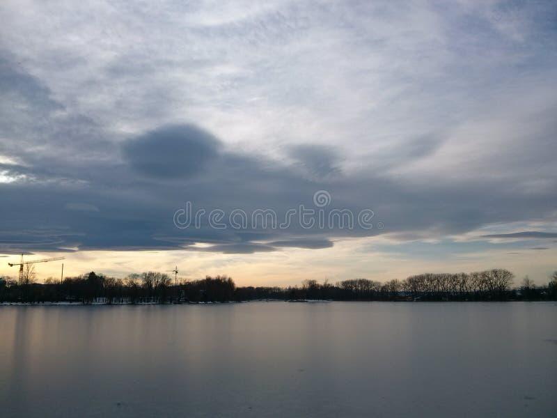 Nuvens no lago fotos de stock