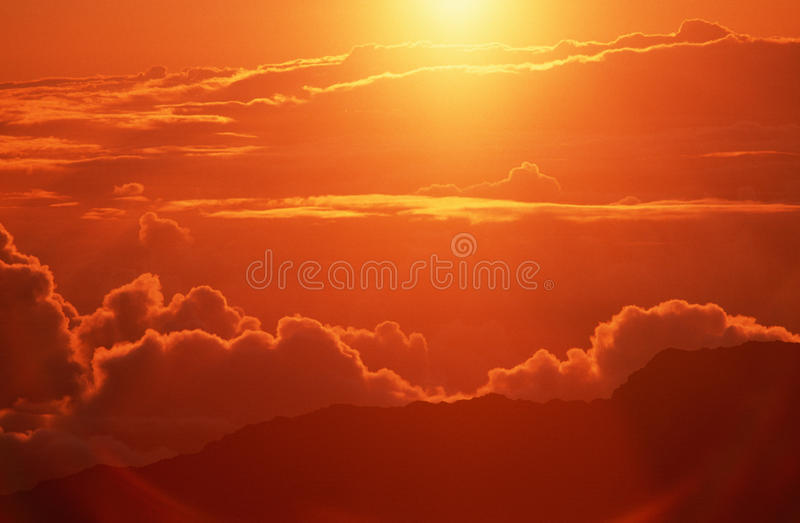 Nuvens no nascer do sol no HI