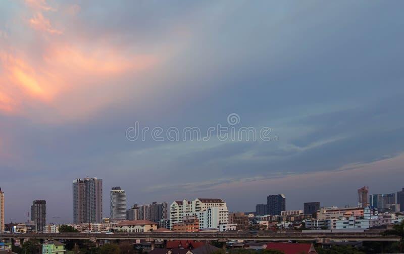 Nuvens no por do sol antes do céu azul da chuva em Banguecoque, chovendo a estação fotografia de stock