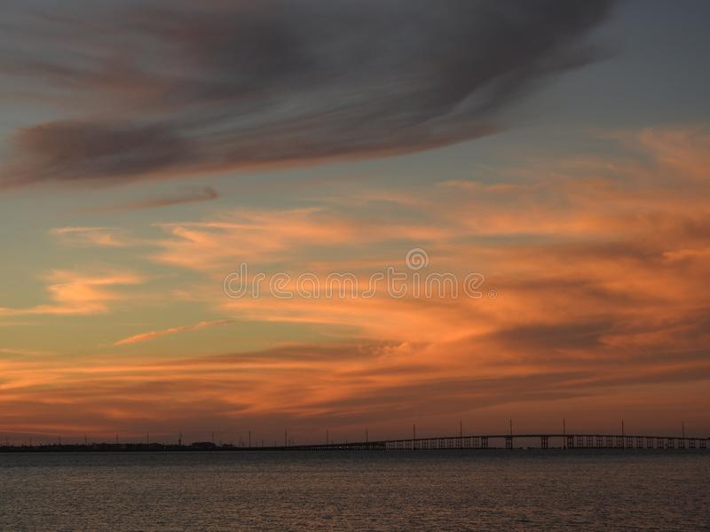 Nuvens no por do sol sobre a ponte à ilha sul do capelão, Texas imagens de stock royalty free