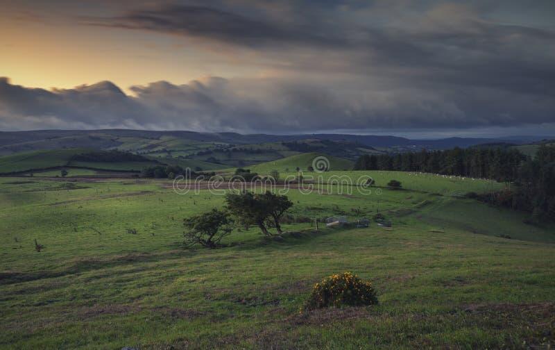 Nuvens obscuras do crepúsculo sobre o campo britânico fotografia de stock