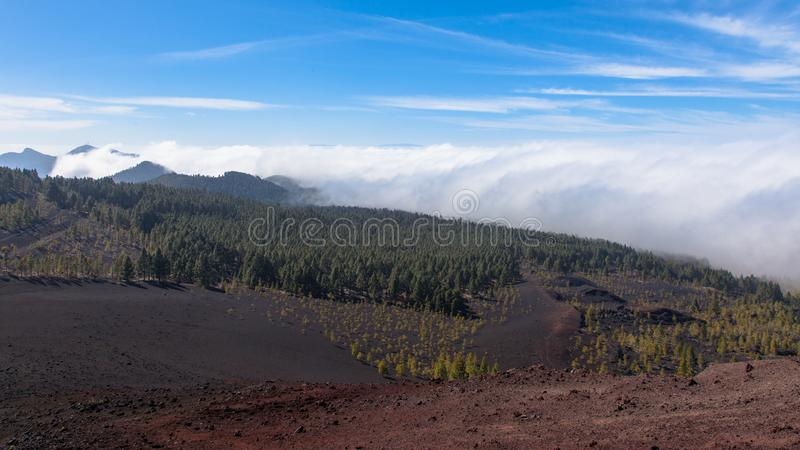 Nuvens ornographic notáveis da cachoeira que derramam sobre a inclinação do sotavento das montanhas em Tenerife do norte imagem de stock