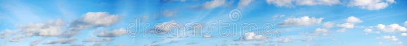 Nuvens panorâmicos e céu
