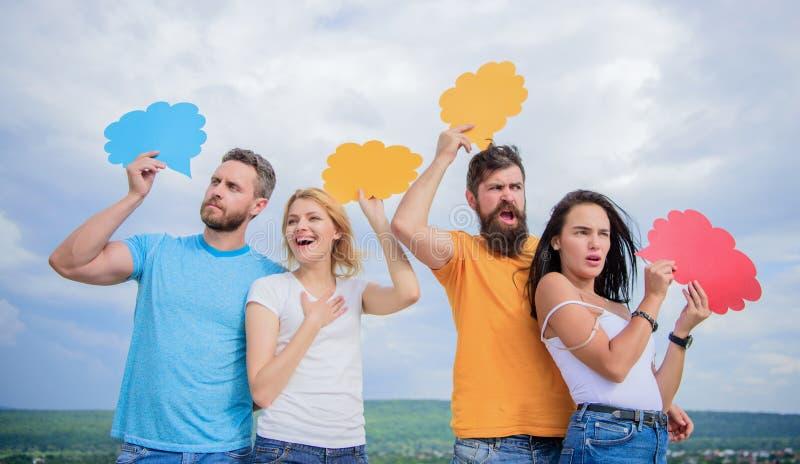 Nuvens para as propagandas Os povos falam usando bolhas do discurso Os amigos enviam mensagens em bolhas cômicas Uma comunicação imagem de stock royalty free