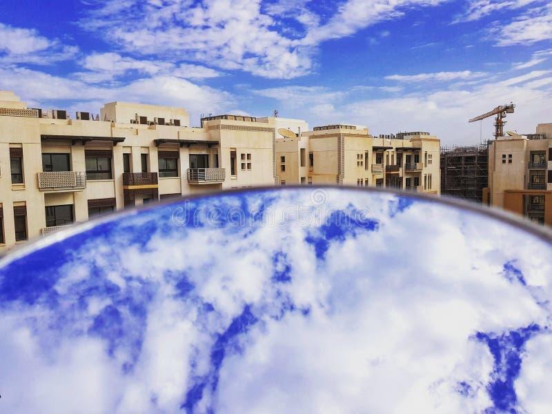 Nuvens para cima e para baixo na reflexão foto de stock