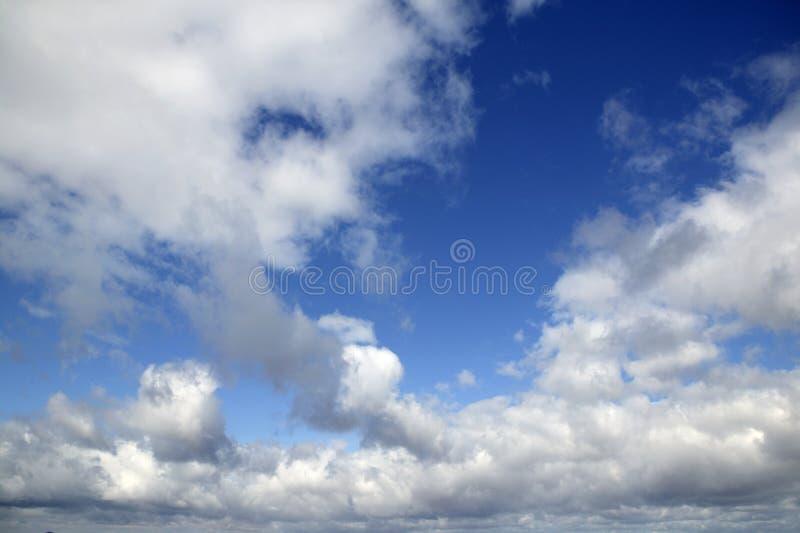 Nuvens perfeitas azuis do branco do céu do verão foto de stock
