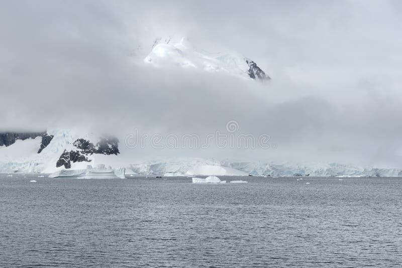 Nuvens pesadas sobre o porto de Paradise, a Antártica imagens de stock royalty free