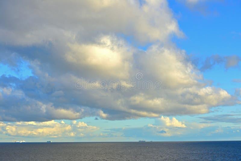 Nuvens pitorescas sobre o mar imagem de stock royalty free