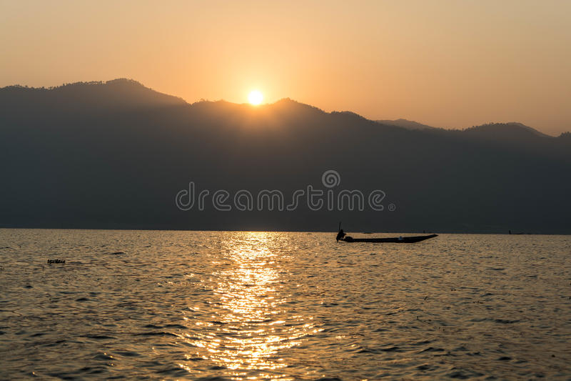 Nuvens prendidas no vale durante o nascer do sol bonito da manhã fotos de stock