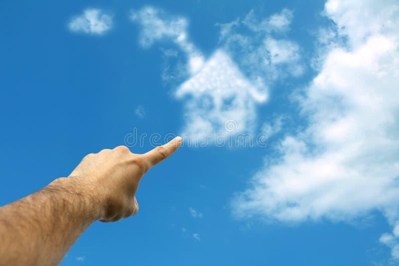Nuvens que dão forma à casa no céu foto de stock royalty free