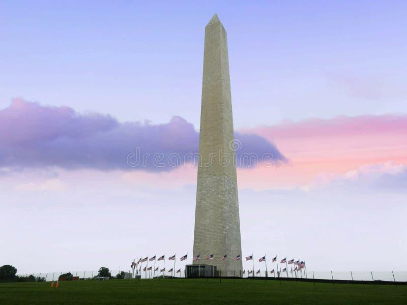 Nuvens que passam através de Washington Monument At Sunset fotografia de stock