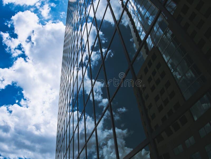 Nuvens que refletem em uma constru??o de vidro imagens de stock royalty free