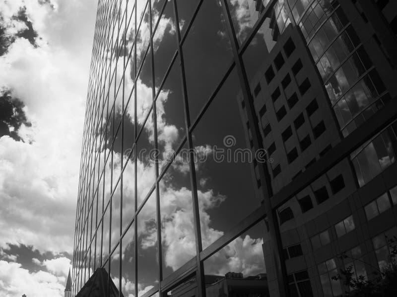 Nuvens que refletem em uma constru??o de vidro fotografia de stock