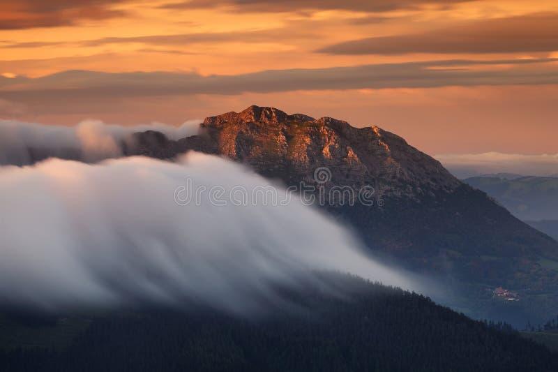 Nuvens que rolam sobre o país do Basque da montanha de Udalaitz imagens de stock royalty free