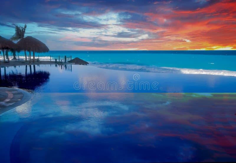 Nuvens refletidas na associação azul imagem de stock royalty free