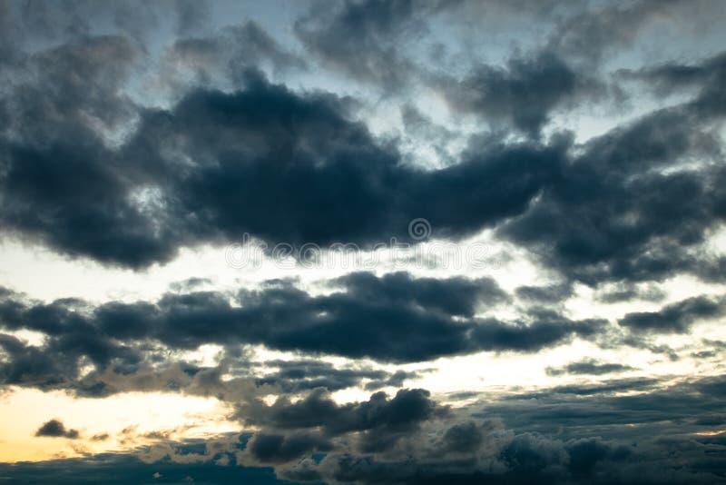 Nuvens sinistras da obscuridade fotos de stock