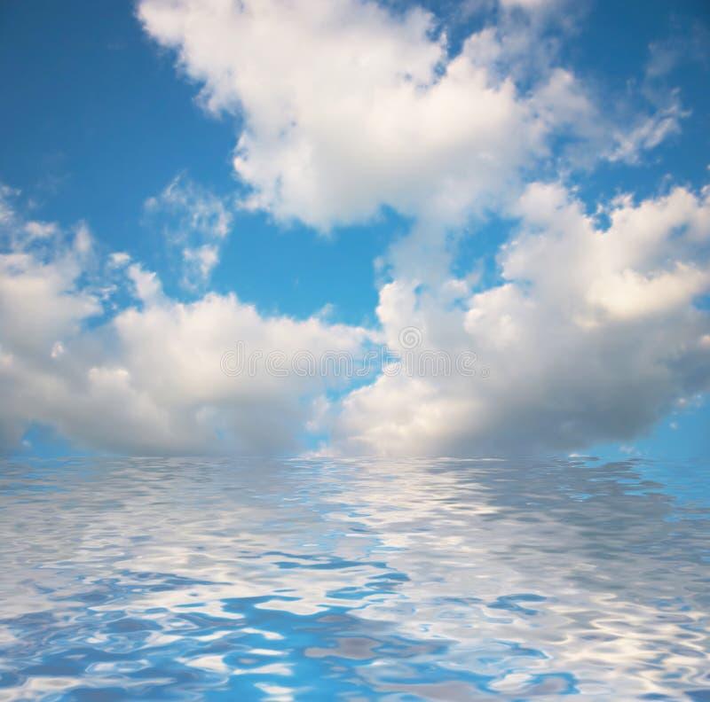 Nuvens sob a água. imagens de stock royalty free