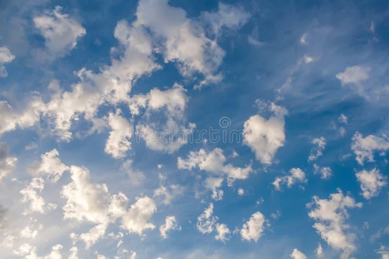 nuvens sob a forma das formas estranhas em um céu azul fotos de stock royalty free